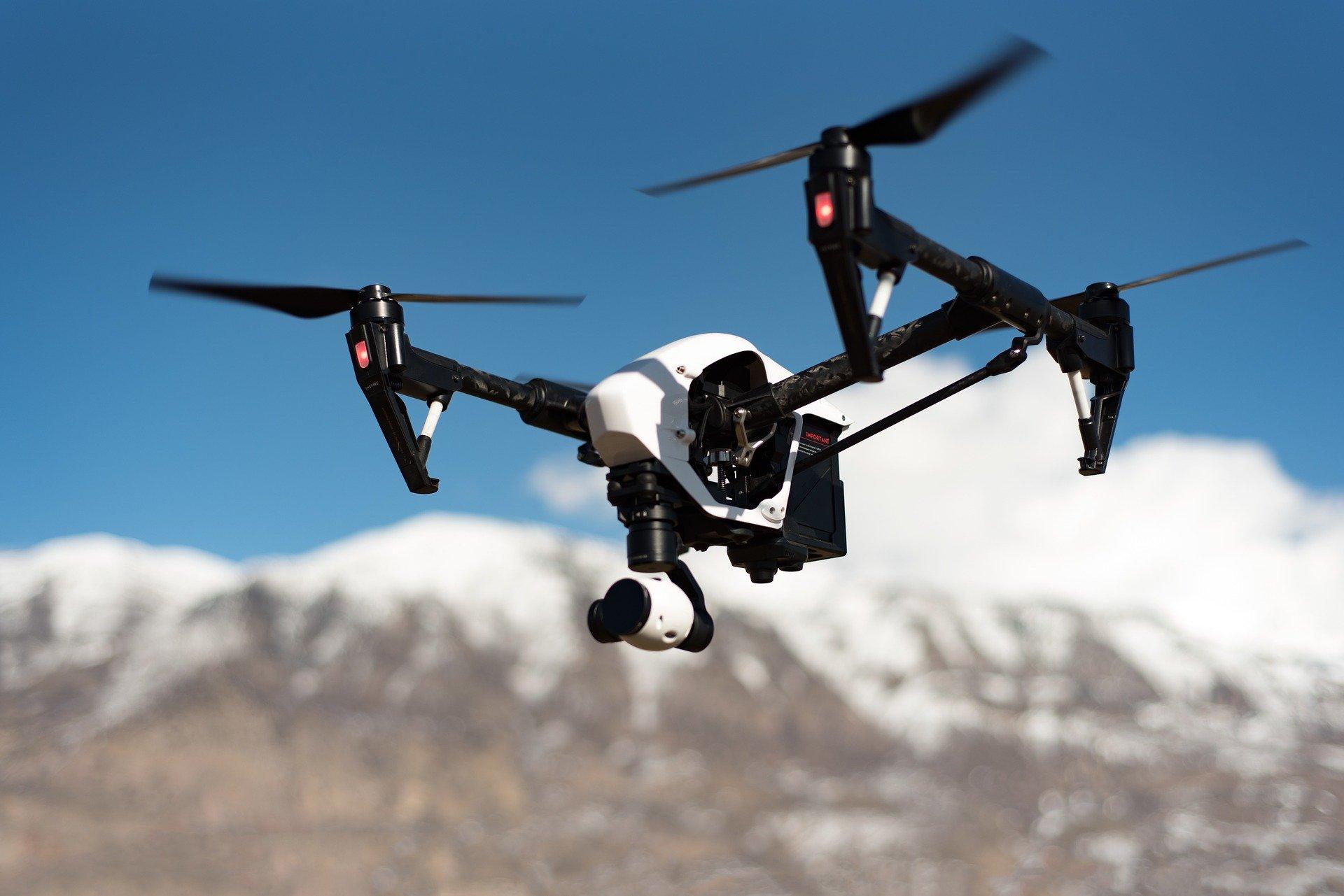 未来の現場監督はスマホでドローンやAIロボットを操縦するかも